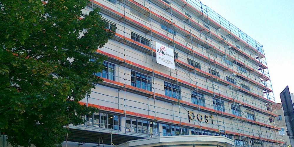 Gerueste der FEIG-Gerueste-GmbH unterstuetzen das Arbeiten an der Fassade.