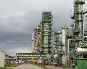 Die FEIG-Gerueste-GmbH unterstuetzt das Arbeiten an der Raffinerie mit einem Industriegeruest.