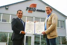 Praesentation der Zertifikate vor dem Firmengebaeude der FEIG-Gerueste-GmbH.
