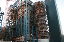 Arbeiten an der Fassade an einem Kraftwerk.